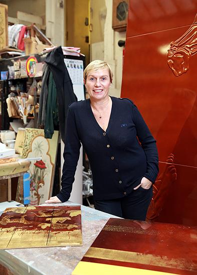 Anne Midavaine dans son atelier de laque d'art Une Entreprise , un atelier , une famille de laqueurs depuis trois générations au service d'une matière « la Laque » pour les réalisations des plus grands prescripteurs internationaux dans un monde d'exigence , de luxe et de création.